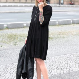 Attraktiv Schwarzes Kleid Mit Boots Outfit All In Black Schwarzes Kleid About You Chelsea Boots